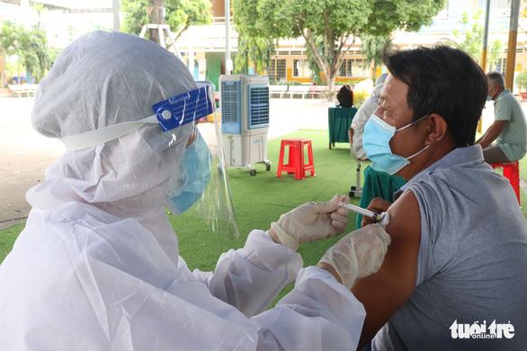 Bộ Y tế đề nghị TP.HCM đẩy nhanh tốc độ tiêm vắc xin, lập thêm 3 Trung tâm hồi sức tích cực - Ảnh 1.