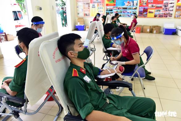 Hàng trăm quân nhân ứng cứu ngân hàng máu Bệnh viện Quân y 175 - Ảnh 1.