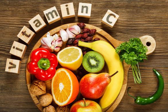 Bổ sung Vitamin C tăng đề kháng mùa dịch như thế nào cho đúng? - Ảnh 2.