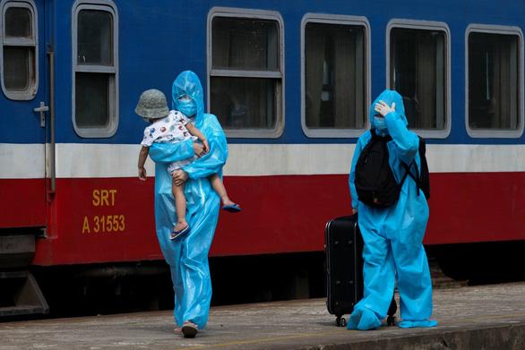 384 người Quảng Trị đã được hồi hương trên 'chuyến tàu yêu thương' - Ảnh 1.