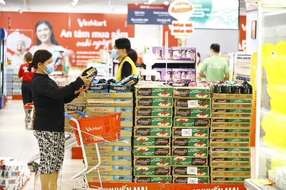 VinMart/VinMart+ tăng lượng cung ứng hàng hóa, tặng bảo hiểm cho khách hàng - Ảnh 2.