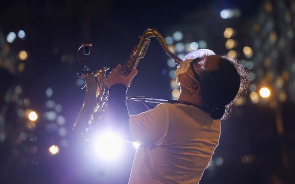 Nghệ sĩ saxophone Trần Mạnh Tuấn bị đột quỵ, hiện đang điều trị tại Bệnh viện Quân y 175 - Ảnh 2.