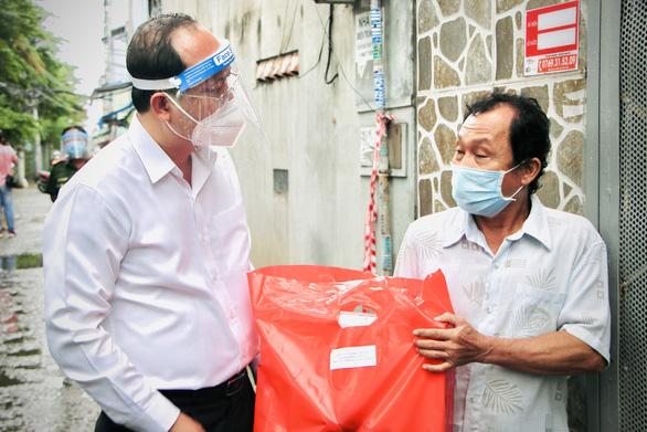 Phó bí thư Thành ủy TP.HCM Nguyễn Hồ Hải thăm người mua ve chai, bán vé số - Ảnh 1.