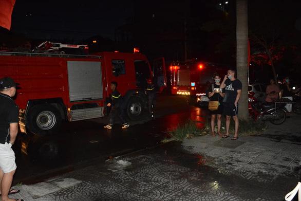 Ngắt điện chung cư vì có cháy, 2 người bị kẹt trong thang máy - Ảnh 1.