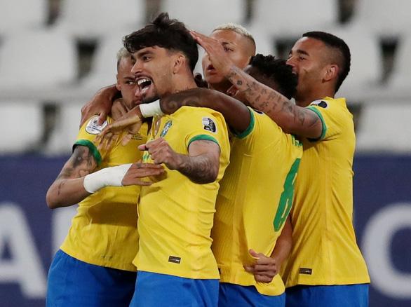 Jesus bị đuổi vì đá kungfu vào mặt đối thủ, Brazil vẫn thắng Chile vào bán kết - Ảnh 1.