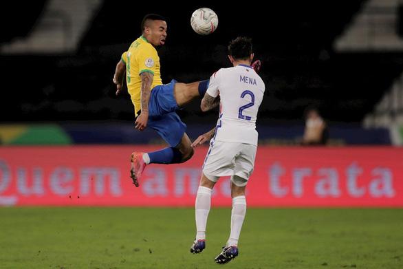 Jesus bị đuổi vì đá kungfu vào mặt đối thủ, Brazil vẫn thắng Chile vào bán kết - Ảnh 2.