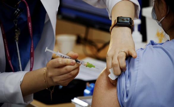 Sau Mỹ, Ukraine điều tra việc một người chết sau tiêm vắc xin Pfizer/BioNTech - Ảnh 1.