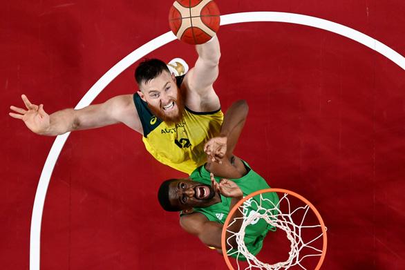 Bị ngã trong phòng tắm, ngôi sao NBA Aron Baynes chia tay Olympic Tokyo - Ảnh 1.