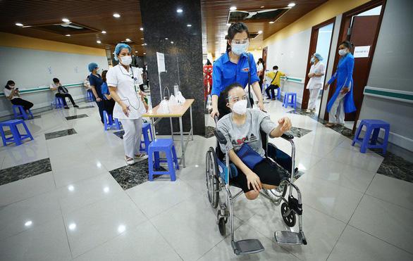 Hàng trăm người lao động khuyết tật vui vì được tiêm vắc xin phòng COVID-19 - Ảnh 3.