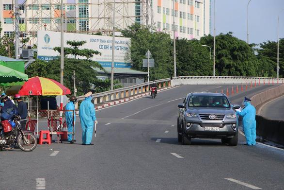 Từ ngày 1-8, Tổng cục Đường bộ dừng cấp mã QR xe chở công nhân - Ảnh 1.