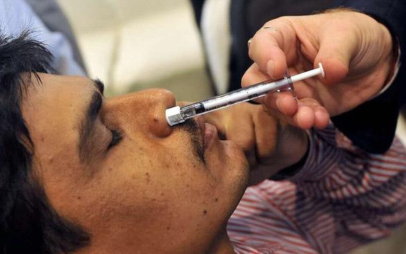 Thông tin về 7 loại vắc xin ngừa COVID-19 dạng xịt mũi - Ảnh 1.