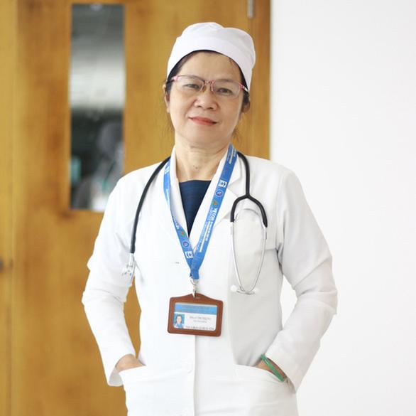 Nữ bác sĩ sắp về hưu xin ở lại điều trị cho bệnh nhân COVID nặng - Ảnh 1.