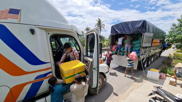 Hành trình yêu thương TP.HCM - Kỳ 1: Quà nhỏ gửi người Sài Gòn - Ảnh 2.