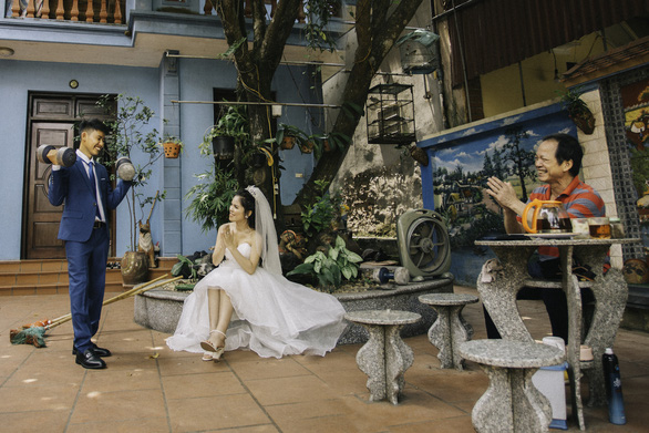 Cặp đôi Ẩm thực mẹ làm gây sốt khi chụp ảnh cưới tại nhà - Ảnh 2.