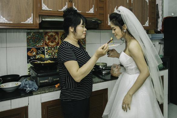 Cặp đôi Ẩm thực mẹ làm gây sốt khi chụp ảnh cưới tại nhà - Ảnh 3.
