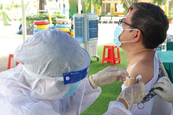 Bộ Y tế đề nghị TP.HCM tăng tốc tiêm vắc xin COVID-19 - Ảnh 1.