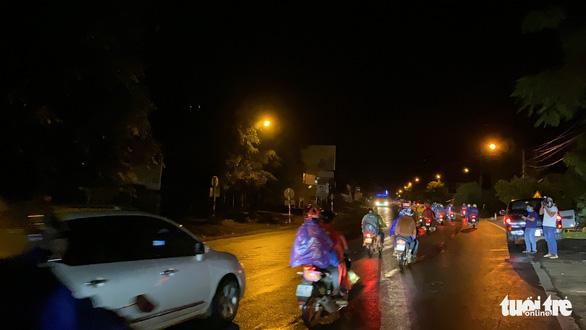 900 công nhân được Đồng Nai hộ tống trở về Đắk Lắk trong đêm - Ảnh 2.
