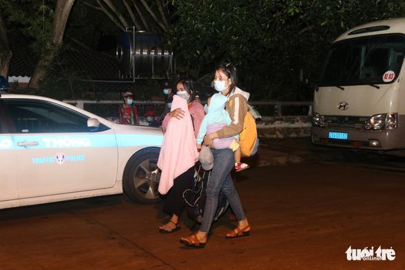 900 công nhân được Đồng Nai hộ tống trở về Đắk Lắk trong đêm - Ảnh 8.
