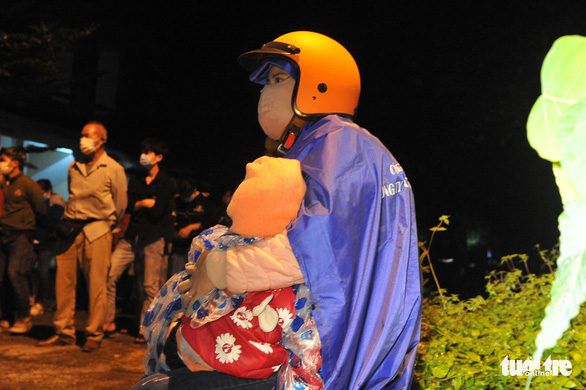 900 công nhân được Đồng Nai hộ tống trở về Đắk Lắk trong đêm - Ảnh 9.