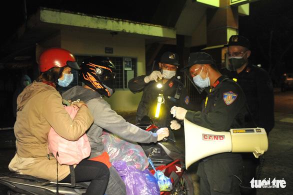 900 công nhân được Đồng Nai hộ tống trở về Đắk Lắk trong đêm - Ảnh 10.
