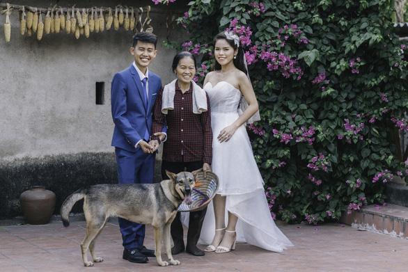 Cặp đôi Ẩm thực mẹ làm gây sốt khi chụp ảnh cưới tại nhà - Ảnh 1.