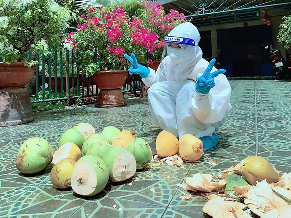 Mừng cả hẻm âm tính, chủ nhà chặt dừa đãi tình nguyện viên - Ảnh 1.