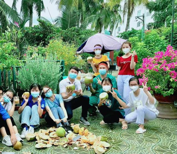 Mừng cả hẻm âm tính, chủ nhà chặt dừa đãi tình nguyện viên - Ảnh 2.