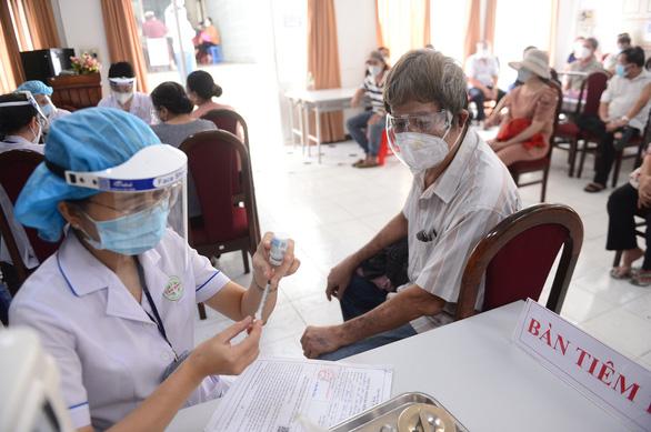 Bộ Y tế yêu cầu TP.HCM không giới hạn số người tiêm vắc xin mỗi ngày - Ảnh 1.