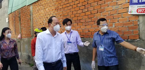 Phó bí thư Thành ủy TP.HCM Nguyễn Hồ Hải thăm người dân khu phong tỏa - Ảnh 1.