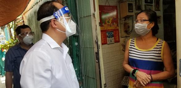 Phó bí thư Thành ủy TP.HCM Nguyễn Hồ Hải thăm người dân khu phong tỏa - Ảnh 2.