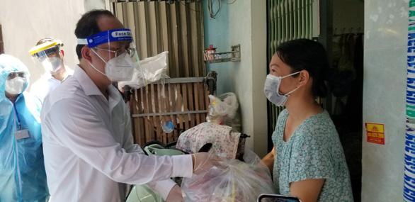 Phó bí thư Thành ủy TP.HCM Nguyễn Hồ Hải thăm người dân khu phong tỏa - Ảnh 3.