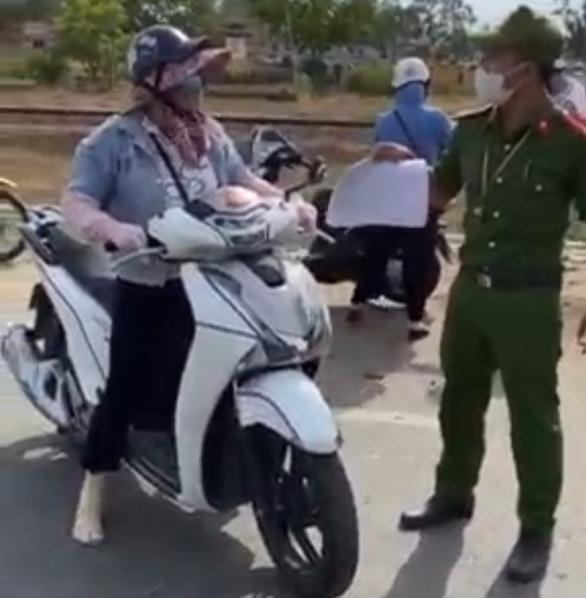 Người phụ nữ cãi tới, chửi um chốt kiểm soát dịch COVID-19 ở Điện Bàn - Ảnh 1.