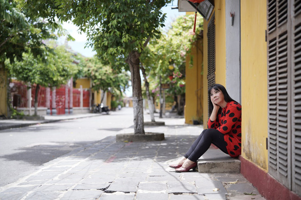 Ca sĩ Ánh Tuyết bật khóc khi hát Gửi vô Nam, mong Sài Gòn sẽ vui trở lại - Ảnh 3.