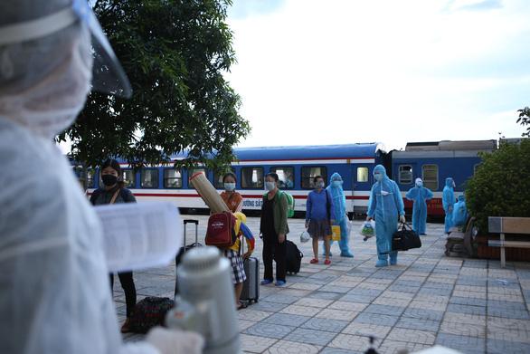 Hà Tĩnh thay phương án tàu hỏa bằng máy bay, chuẩn bị đón gần 800 người về quê - Ảnh 1.