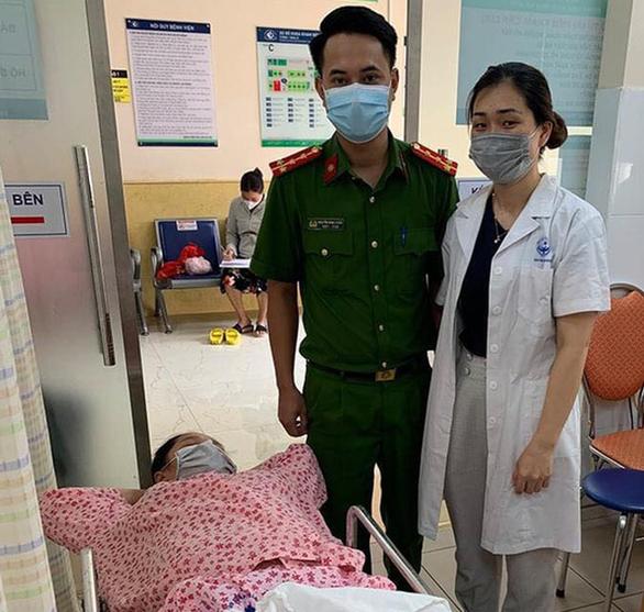 2 chiến sĩ trực chốt COVID-19 giúp sản phụ sinh con, gia đình đặt tên bé là Công An - Ảnh 1.