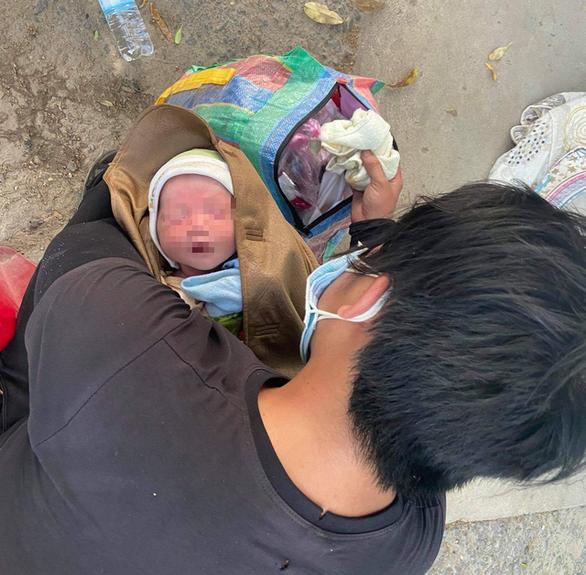 Bé 9 ngày tuổi được chở về quê trên xe máy đã được giúp đỡ ở Đà Nẵng - Ảnh 1.