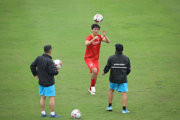 7 thành viên Hoàng Anh Gia Lai hành quân ra Hà Nội chuẩn bị vòng loại thứ 3 World Cup 2022 - Ảnh 1.