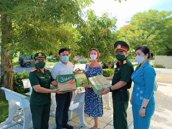100 công dân Nga được hỗ trợ lương thực giữa lúc TP Nha Trang giãn cách xã hội - Ảnh 1.
