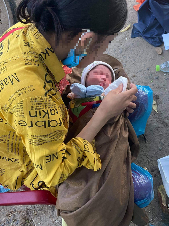 Bé 9 ngày tuổi được chở về quê trên xe máy đã được giúp đỡ ở Đà Nẵng - Ảnh 2.
