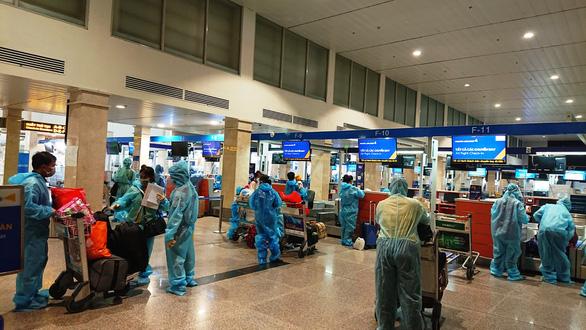 Hai chuyến bay đưa gần 400 người dân Quảng Nam có hoàn cảnh khó khăn về quê - Ảnh 2.
