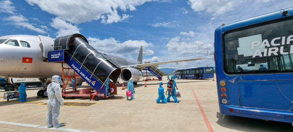 Hai chuyến bay đưa gần 400 người dân Quảng Nam có hoàn cảnh khó khăn về quê - Ảnh 3.