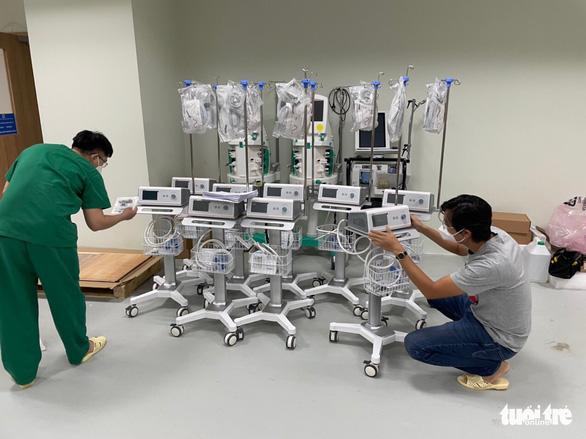 Trao thiết bị y tế hỗ trợ chống dịch cho các bệnh viện - Ảnh 10.