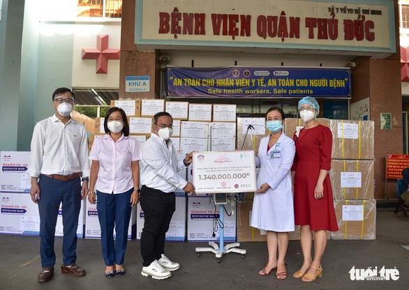 Trao thiết bị y tế hỗ trợ chống dịch cho các bệnh viện - Ảnh 7.