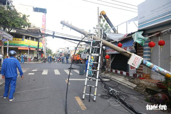 Xe container kéo ngã 9 trụ điện trên đường tại quận 7 trong đêm - Ảnh 3.