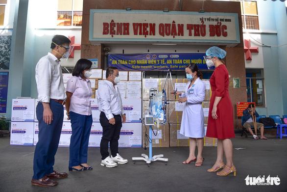 Trao thiết bị y tế hỗ trợ chống dịch cho các bệnh viện - Ảnh 1.