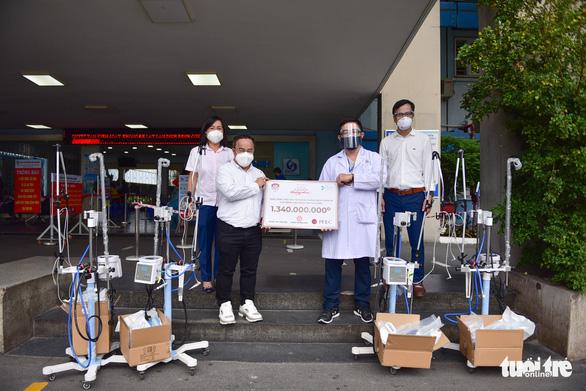 Trao thiết bị y tế hỗ trợ chống dịch cho các bệnh viện - Ảnh 8.