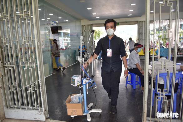 Trao thiết bị y tế hỗ trợ chống dịch cho các bệnh viện - Ảnh 9.
