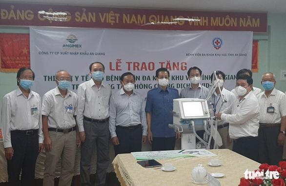 Angimex tặng xe cứu thương, máy thở cho Bệnh viện Đa khoa khu vực Châu Đốc - Ảnh 2.