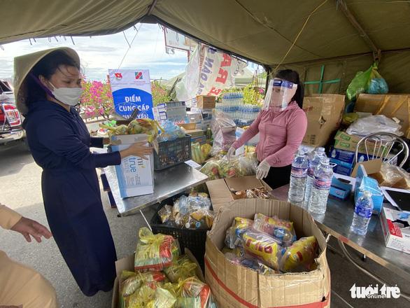Phong bì 500.000 đồng và cửa hàng '0 đồng' tiếp sức người từ Nam về quê - Ảnh 4.