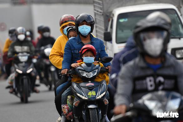 Hơn 1.200 công nhân Đồng Nai được CSGT 'hộ tống' về lại Bình Thuận, Ninh Thuận - Ảnh 4.